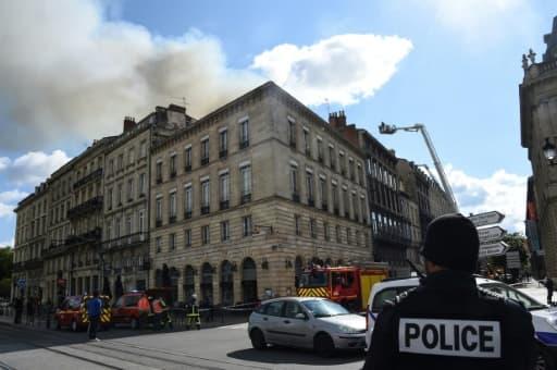 Les pompiers de Bordeaux travaillent à éteindre un incendie dans un immeuble de la ville, le 25 mai 2019