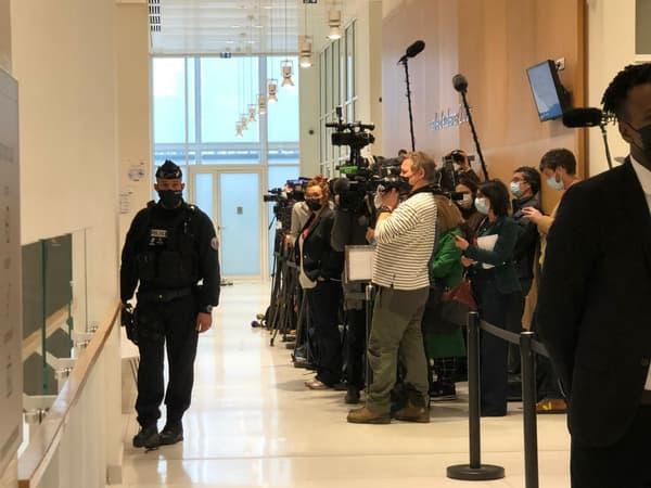 Plusieurs journalistes devant la salle d'audience pour le procès de l'attentat à la bombe du 16 janvier 2020.