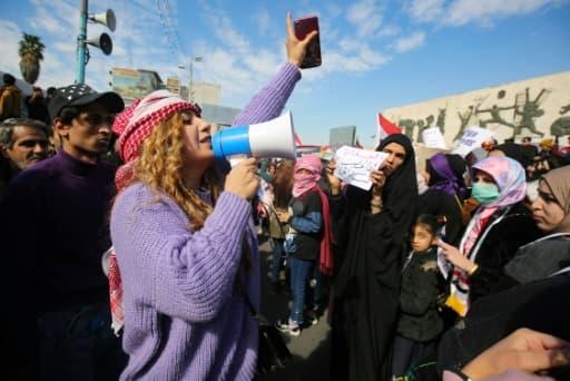 Une Irakienne prend la parole lors d'une manifestation contre le gouvernement sur la place Tahrir à Bagdad le 13 février 2020