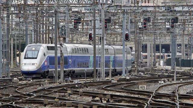 La SNCF va modifier plus de 10.000 horaires dans la nuit de samedi à dimanche, une révolution qui inquiète les quatre millions de Français qui prennent le train chaque jour pour se rendre à leur travail. /Photo d'archives/REUTERS/Jean-Paul Pélissier