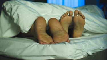Un couple au lit (Photo d'illustration).