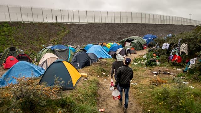 """La """"jungle"""" de Calais accueille désormais 6.000 migrants."""