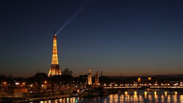 Pour rendre hommage aux soignants, la Tour Eiffel scintille deux fois plus longtemps à 20h depuis le 20 mars 2020