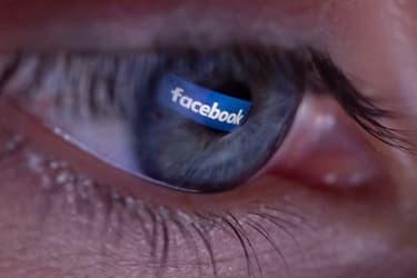 Une personne se plonge un peu trop intensément dans Facebook.