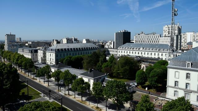 Les agents courent autour du siège de la DGSE situé dans le 20e arrondissement à Paris.