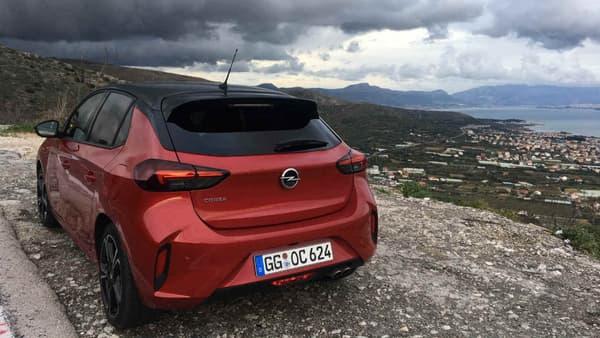La nouvelle Corsa est plus basse de 4,8 centimètres, le conducteur est aussi installé plus bas (-2,8 centimètres) pour une impression de conduite plus dynamique.