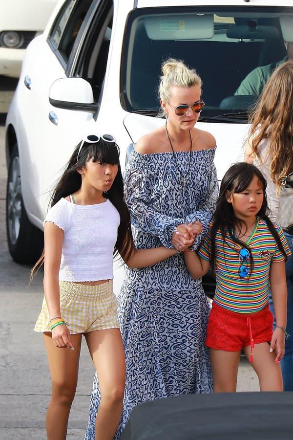 Laeticia Hallyday à Saint-Barth avec ses filles Jade et Joy
