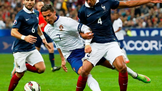 Cristiano Ronaldo à la lutte avec Raphaël Varane