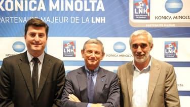 Daniel Mathieu, le directeur marketing de Konica Minolta, entouré de Florent Marty, directeur de la stratégie de l'agence sportive (à gauche) et Philippe Bernat-Salles, président de la LNH (à droite).