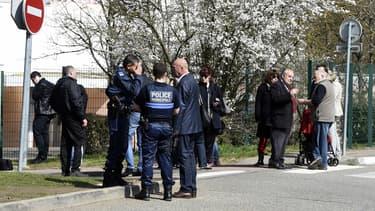 """Des agents de police devant l'école """"Le Mas de la Raz"""" en Isère, dont le directeur a été écroué pour viols."""