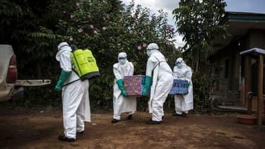 Des agents de l'OMS transportant un corps potentiellement contaminé par Ebola en RDC.