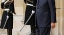 La popularité du Premier ministre François Fillon, qui a exprimé son souhait de rester à Matignon après le remaniement prévu fin novembre, est confortée par deux nouveaux sondages parus vendredi. /Photo prise le 5 novembre 2010/REUTERS/Benoît Tessier