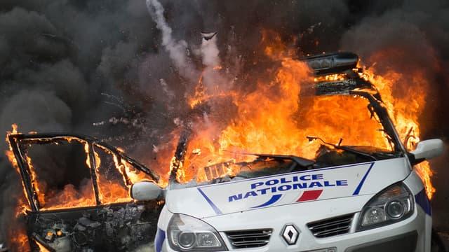 Le véhicule s'était embrasé quai de Valmy à Paris après qu'un fumigène a été lancé à l'intérieur.