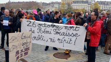 """Des manifestants brandissent une banderole sur laquelle est écrit: """"26 octobre, mort de Rémi Fraisse. Ni oubli, ni répit!"""". devant le Palais de Justice de Nantes, samedi 22 novembre 2014."""