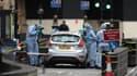 Des agents de la police scientifique travaillent autour d'une Ford Fiesta lancée par son conducteur contre les grilles du Parlement britannique, le 14 août 2018 à Londres.