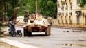 Un blindé de lamjunte malienne dans les rues de la capitale Bamako. Les forces de la junte militaire au pouvoir ont affronté mardi, pour la seconde journée consécutive, des soldats fidèles au président déchu Amadou Toumani Touré dans plusieurs quartiers d
