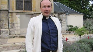 Le père Georges Vandenbeusch en 2011, devant l'église de Sceaux.