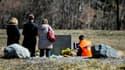 Des familles se recueillent sur les lieux du crash