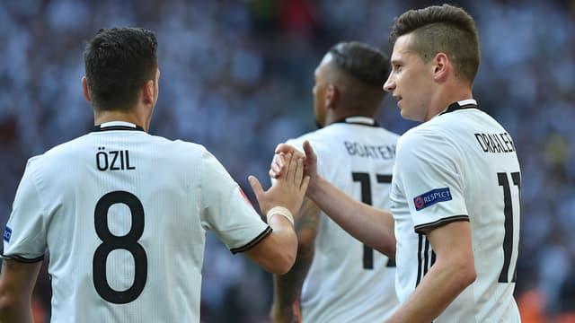Mesut Özil et Julian Draxler avec l'Allemagne