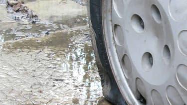 Un pneu après son explosion sur l'autoroute.