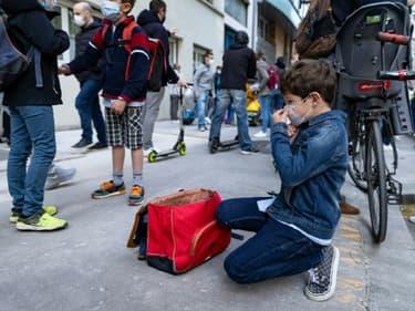 Un élève avant d'entrer à l'école primaire à Paris le 26 avril 2021