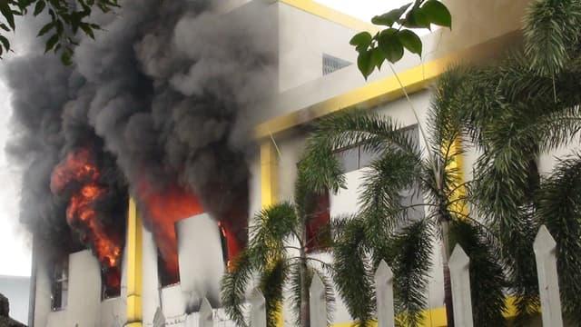 Une usine en flammes à Binh Duong, au Viêtnam, le 14 mai 2014.
