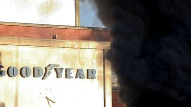Cette photo, prise le 7 janvier 2014 à Amiens, dans le nord de la France, montre des pneus enflammés près de l'usine d'Amiens-Nord Goodyear. Huit anciens employés de l'usine sont impliqués dans la séquestration de deux cadres.
