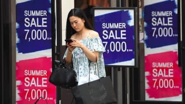 Une Coréenne marche avec son smartphone, à Séoul.