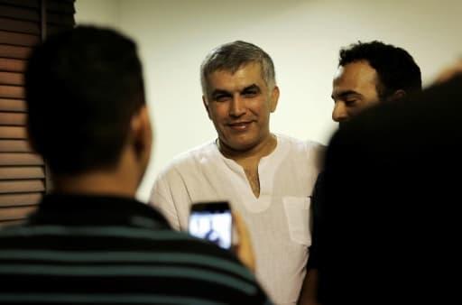 L'opposant et militant des droits humains Nabil Rajab (au centre) est accueilli par ses proches chez lui, à Bani Jamrah (Bahreïn), le 14 juillet 2015