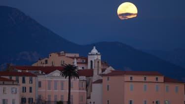 Une Super lune au dessus de la ville d'Ajaccio en