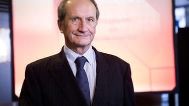 L'ancien ministre Gérard Longuet (UMP) a remporté lundi le grand prix du Press Club, Humour et Politique 2013.