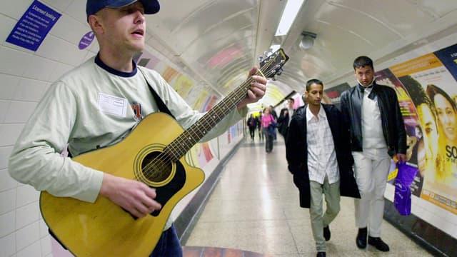 Andrew Thornes se produit dans le métro de Londres, en mai 2003