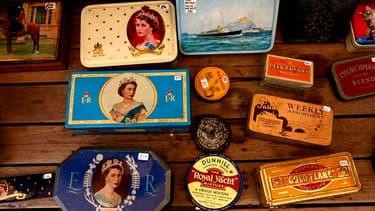 """Antiquités en vente à Londres à l'occasion du """"Jubilé de diamant"""" de la reine Elizabeth II. Pour l'événement, afin d'explorer son histoire familiale et découvrir, peut-être, qu'on a eu un ancêtre au service de la maison royale, les listes du personnel de"""