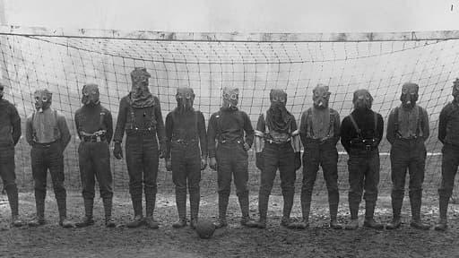 Soldats britaniques jouant au football avec des masques contre le gaz, quelque part en France, Première Guerre Mondiale (1914-1918).