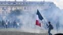 Des manifestants pour les conditions de travail des soignants sur l'esplanade des Invalides à Paris, le 16 juin 2020.