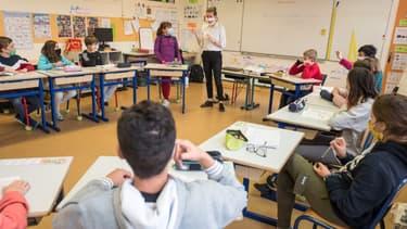 Elèves masqués dans une salle de classe (illustration)
