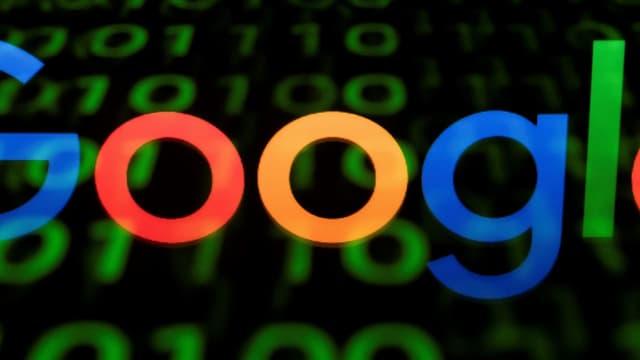 """L'association altermondialiste Attac a mené une """"opération Robin des bois"""" contre le siège français de Google à Paris,  pour dénoncer les pratiques d'évasion fiscale des géants du numérique."""
