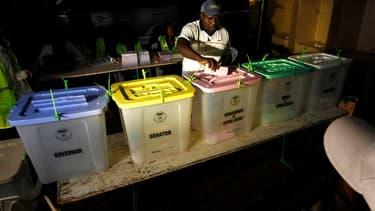Dans un bureau de vote à Kisumu, dans l'ouest du Kenya. Hanté par les violences post-électorales de 2007, le Kenya choisit ce lundi un nouveau président, avec deux prétendants au coude à coude, Raila Odinga et Uhuru Kenyatta, qu'un second tour devra peut-