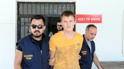 Le russe Renat Bakiev (C), escorté par la police anti-terroriste turque, le 10 août 2017 à Adana