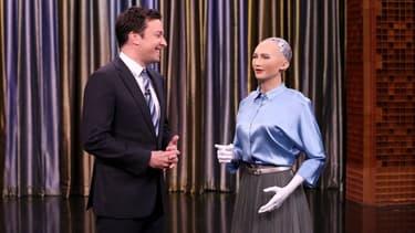 """Sophia est déjà une star. Jimmy Fallon l'a même taquiné en lui demandant si elle contait """"détruire l'espèce humaine"""". """"Ok, je vais le faire"""", a-t-elle répondu."""