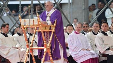 En visite à Naples, samedi, le pape François a dénoncé les activités des mafieux.