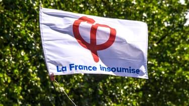 Un drapeau orné du logo de la France insoumise (illustration).