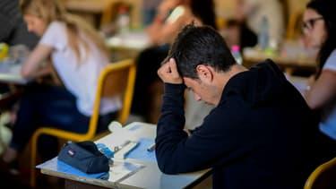 Un candidat planche durant l'épreuve de philosophie le 15 juin 2017 à Paris (photo d'illustration)
