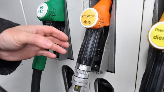 La baisse des prix à la pompe devraient être freinée par l'entrée en vigueur de deux taxes, en 2015.