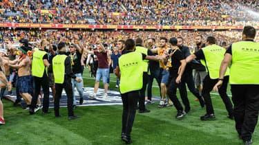 Les supporters lensois allant provoquer les supporters lillois sur le terrain