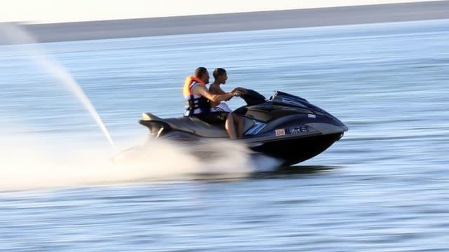 Deux personnes font du jet-ski (image d'illustration)