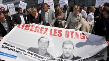 Plusieurs centaines de personnes se sont rassemblées vendredi à Paris pour marquer le 150e jour de détention de deux journalistes français, Stéphane Taponier et Hervé Ghesquière, otages en Afghanistan. Les deux hommes, reporters pour France 3, ont été enl