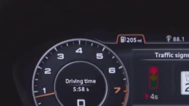 Entre les deux compteurs, le combiné affiche à gauche le décompte au feu rouge et à droite la limitation de vitesse.