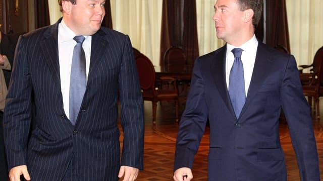 Mikhail Fridman, ici avec le Premier Ministre Russe Dmitri Medvedev, entend lui aussi participer à la grande bataille des télécoms avec son fonds L1Technologies.