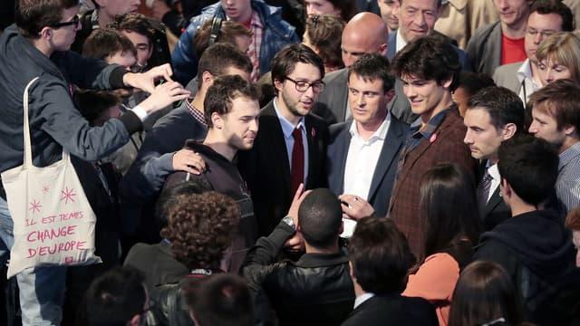 Le Premier ministre Manuel Valls entouré de militants du MJS, après un discours à Nogent-sur-Marne, le 3 mai 2014.